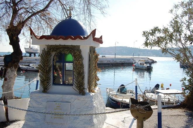 Niewielki port w wiosce Selinia.