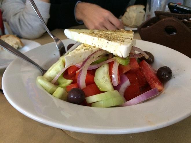 salatka po grecku_jedzenie